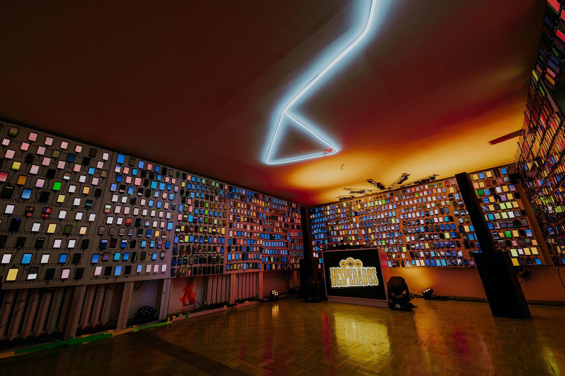 1559056952669546 linked together 1 800 phone screens created the largest ever video light show at a house party