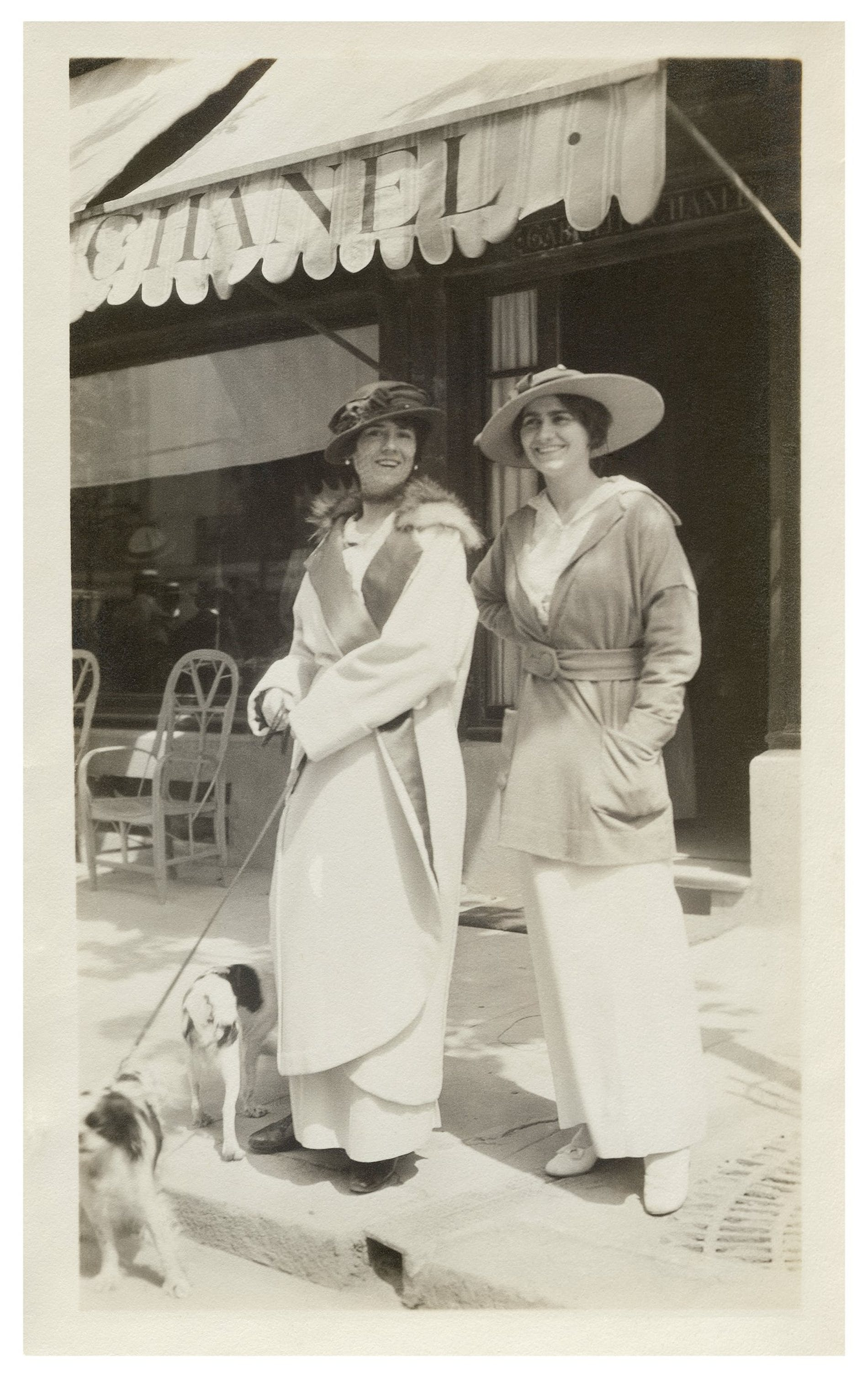 1559737644488397 03 gabrielle chanel and aunt adrienne in front of chanel boutique in deauville in 1913